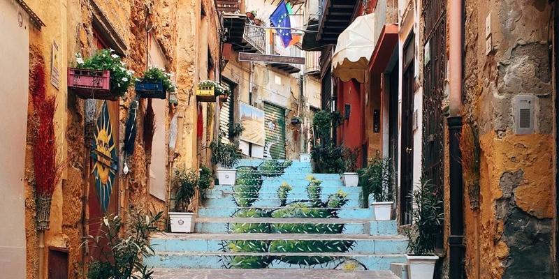 Quattro passi in via Atenea